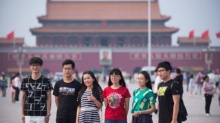 """天安门广场上游览的年轻人脸上挂满笑容,关于""""六四""""的历史似乎已被淡忘"""