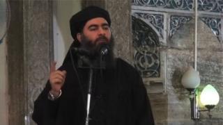 Al-Baghdadi photographié en train de faire un sermon dans une mosquée de Mossoul en juillet 2014.