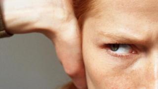 Una persona tapándose los oÍdos