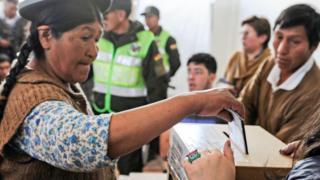 Una mujer deposita su voto en Bolivia