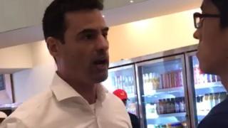 Aaron Schlossberg confrontando al gerente del restaurante.