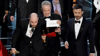 Warren Beatty and Jimmy Kimmel with producer Jordan Horowitz at the 2017 Oscars