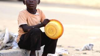 Umwana ari gusabiriza ku muhanda wa Guediawaye mu mujyi wa Dakar muri Senegal, mu kwezi kwa karindwi 2017