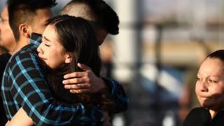 Dos personas se abrazan