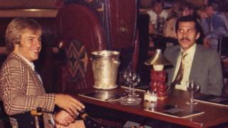 إيمون والأمير عبد الله في مطعم بلندن عام 1976