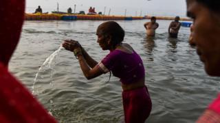 印度安拉阿巴德一位參與大壺節的老太太在河中梳洗(14/1/2019)