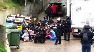 پلیس دانش آموزان بازداشت شده را وادار کرد زانو بزنند و دستهایشان را پشت سرشان بگذارند