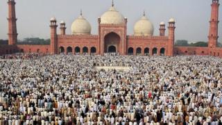 مصلون في باكستان