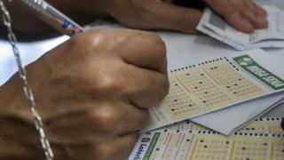 Pessoa risca números em aposta da Mega-Sena