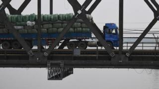 一輛滿載貨物的中國卡車正橫過鴨綠江大橋前往朝鮮新義州(4/9/2017)
