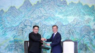 Líderes da Coreia do Norte e Coreia do Sul se cumprimentam em encontro histórico