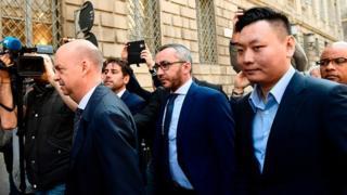 Le chinois David Han Li (droite) et l'italien Marco Fassone (gauche), représentants du consortium chinois Sino-Europe Sports (SES) arrivent pour finaliser l'accord avec Fininvest, pour la reprise de l'AC Milan par Rossoneri Sport Investment Lux, Le 13 avril 2017 à Milan.