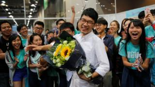 2014年の学生運動を指揮した羅冠聰(英語名ネイサン・ロー)さんの当選を祝う支持者たち(5日)