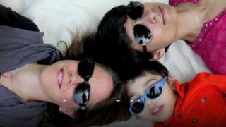 Elaan, Lynda y Natasha
