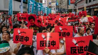 警方说,6月9日的游行人数最高峰为24万人,主办单位称参与游行人数为103万。