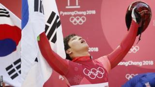 강원도청은 소속 선수인 스켈레톤 금메달리스트 윤성빈 선수에게 개별 포상금 지급을 고려하고 있는 것으로 알려졌다.