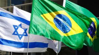 Bandeiras brasileira e israelense na Embaixada do Brasil em Tel Aviv