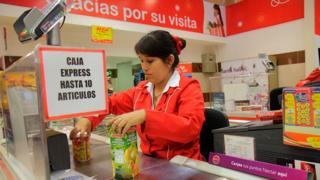 Cajera de supermercado en Chile