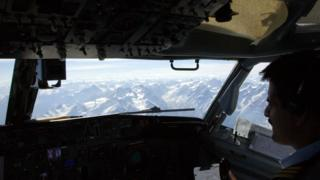 Авиалайнер Boeing 737 над горами в Пакистане
