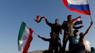 Sirijci mašu iranskim, ruskim i sirijskim zastavama posle napada zapadnih sila tokom protesta protiv vazdušnih napada koje je predvodila Amerika, Damask, Sirija, 14. april 2018.