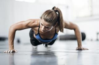 Mulher fazendo flexões