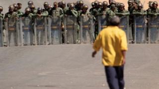 Soldados e manifestante