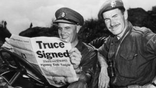 朝鮮戰場上聯合國軍隊的加拿大軍隊指揮官埃拉德 在讀1953年8月2日報上關於停火的新聞