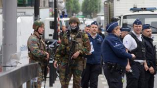 Policiais em cena de alerta de bomba em rua de compras de Bruxelas em 21 de junho de 2016