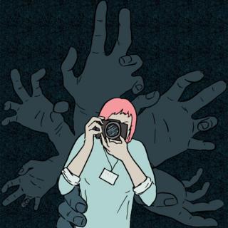 Fotografa con manos muy largas detrás de ella