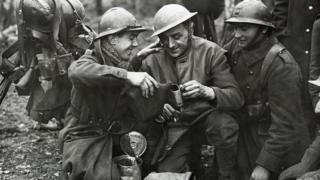 Солдати святкують