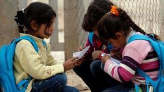 Kız çocukları ders çalışıyor
