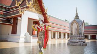 Minori em um templo Thai