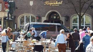 차량은 레스토랑의 야외테이블에 앉아있던 시민들을 향해 속력을 내고 돌진했다
