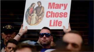 Противники абортів з плакатами