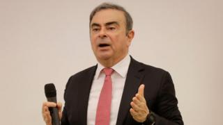 Cựu giám đốc của Renault-Nissan Carlos Ghosn giải quyết một đám đông các nhà báo về lý do của mình để trốn tránh thử nghiệm tại Nhật Bản, nơi ông bị cáo buộc về hành vi sai trái tài chính.