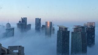 Rascacielos en la niebla