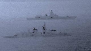 เรือ HMS St Albans (ด้านหน้า) คอยจับตาดูเรือ Admiral Gorshkov ขณะเข้าใกล้น่านน้ำสหราชอาณาจักร