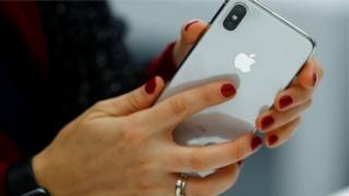 Айфон в руках жінки