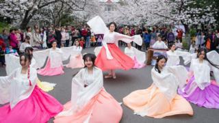 2019年3月22日,南京一所大学校园内,学生身着汉服为游客进行表演。