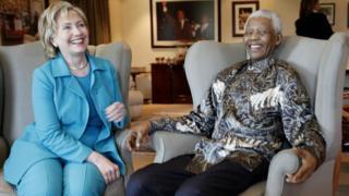 En 2012, Hillary Clinton, son mari et leur fille ont rendu visite à Nelson Mandela, le premier président noir de l'Afrique du Sud, dans son village.