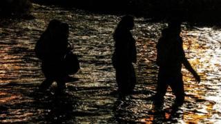 Imigrantes cruzam o Rio Grande