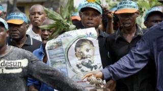 L'entreprise est soupçonnée d'avoir soutenu le régime militaire nigérian qui avait pendu neuf activistes nigérian.