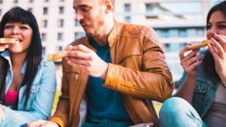 كيف يسهم أصدقاؤك في تغيير عاداتك إلى الأفضل أو الأسوأ؟