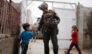 Прятавшиеся в своих домах дети вышли на улицу встречать солдат правительственных войск, впервыше вошедших в Мосул за два с половиной года (1 ноября 2016)