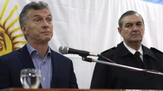 Президент Аргентины Маурисио Макри (слева) и бывший глава ВМС страны адмирал Марсело Срур