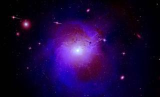 ภาพกระจุกดาราจักรเพอร์ซีอุส ซึ่งได้จากการผสมผสานข้อมูลระหว่างกล้องโทรทรรศน์รังสีเอกซ์ 3 ตัว ชี้ว่าอนุภาคสสารมืดทำได้ทั้งดูดกลืนและแผ่รังสีเอกซ์ออกมา