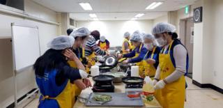 24일 대한적십자사 서울지사 중앙봉사관에서 '설맞이 통일 떡국 나눔 봉사활동'에 참여한 하나원 교육생들