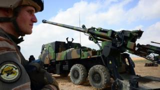 یک سرباز فرانسوی که در ائتلاف بینالمللی به رهبری آمریکا در نبرد علیه داعش در سوریه حضور دارد
