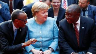 Perezida w'u Rwanda Paul Kamage (i bumoso) avugana n'uw'Afrika y'epfo Cyril Ramaphosa (i buryo) na Chanceliere w'Ubudage Angela Merkel abari hagati mu nama ya G20 ku bucuruzi itariki 30/10/2018