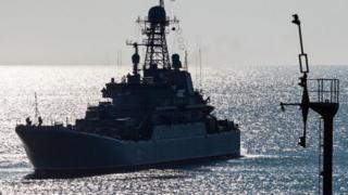 Barco ruso durante una prueba militar alrededor de Crimea.